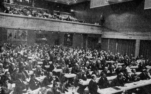 <p>Первый форум прошел в 1971 году. В нем участвовали только страны Европы, представители которых обсуждали возможность улучшения связей между компаниями и их акционерами и контрагентами. Он&nbsp;назывался Европейский симпозиум по менеджменту.</p>  <p>Форум-1972 был посвящен расширению ЕС с шести до девяти стран (к союзу&nbsp;присоединились Дания, Ирландия и Великобритания).</p>