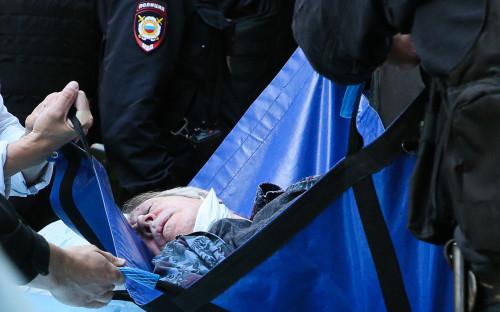 Михаил Ефремов на носилках у здания Пресненского суда, где ему стало плохо во время рассмотрения по существу дела о ДТП со смертельным исходом