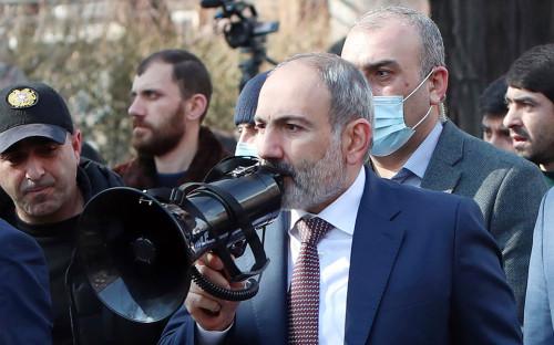 Никол Пашинян (в центре) во время шествия со своими сторонниками в Ереване