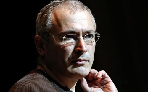 """<p><span style=""""font-size:16px;""""><strong>Михаил Ходорковский</strong></span><br /> <br /> Совладелец одной из крупнейших на начало 2000-х российских компаний, ЮКОСа, 26-й номер в рейтинге американского Forbes с состоянием в 15 млрд долл., Ходорковский 25 октября 2003г. был арестован в новосибирском аэропорту Толмачево. Владельца компании - крупнейшего налогоплательщика в нефтегазовом секторе обвинили в неуплате налогов. Началу расследования предшествовала ссора олигарха с президентом Владимиром Путиным в феврале 2003г. в ходе встречи главы государства с предпринимателями: тогда Ходорковский назвал примером коррупции покупку государственной &quot;Роснефтью&quot; компании &quot;Северная нефть&quot;.<br /> <br /> Дело Ходорковского, приговор, новые обвинения (в хищении нефти на 900 млрд руб.) и новый обвинительный приговор стали одними из знаковых событий в первое десятилетие XXI века. Оценка приговора Ходорковскому как политически мотивированного или справедливого стала индикатором отношения к действующей власти. Ходорковский был помилован Владимиром Путиным в конце 2013г. - за несколько месяцев до окончания срока заключения, после чего сразу уехал за границу. 17 млрд якобы неуплаченных бизнесменом налогов суд требует от него до сих пор.</p>"""