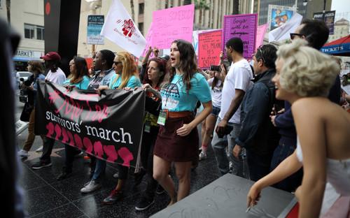 """В Лос-Анджелесе прошел митинг против сексуальных домогательств. <a href=""""http://www.rbc.ru/photoreport/02/11/2017/59fb28469a7947327e2a5b15"""">Обвинения</a> продюсера Харви Ванштейна в приставаниях к актрисам вызвали массовую волну признаний."""
