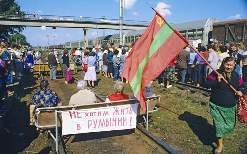 <p>В 1940 году советские войска заняли Бессарабию, которая с 1918 года&nbsp;находилась в составе Румынии, а до этого принадлежала Российской империи. Эта территория была объединена с расположенной на территории современной ПМР Молдавской АССР, входившей в состав Украины. Так возникла единая советская республика со столицей в Кишиневе, в которой национальный состав, язык и менталитет жителей Приднестровья и остальной части Молдавии остались разными.</p>