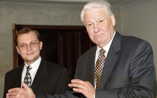 """<p>В апреле 1998 года, после&nbsp;отставки кабинета Виктора Черномырдина, президент Борис Ельцин <em> (на фото справа) </em> внес в&nbsp;Госдуму кандидатуру малоизвестного 35-летнего заместителя министра топлива и энергетики на&nbsp;утверждение в&nbsp;должности руководителя правительства&nbsp;РФ. Дума дважды отказывала в&nbsp;согласии на&nbsp;утверждение Кириенко и&nbsp;лишь c третьего раза проголосовала за&nbsp;его кандидатуру.</p>  <div class=""""article__special_container""""> <p><strong>Ельцин о&nbsp;назначении Кириенко: </strong><br /> <br /> <em>&laquo;Я шел к&nbsp;его кандидатуре методом исключения. Но теперь&nbsp;ясно вижу: не&nbsp;зря он с&nbsp;самого начала казался мне наиболее перспективным. В разговоре с&nbsp;Сергеем меня поразил стиль его мышления&nbsp;&mdash;&nbsp;ровный, жесткий, абсолютно последовательный. Очень цепкий и&nbsp;работоспособный&nbsp;ум. Внимательные глаза за&nbsp;круглыми стеклами очков. Предельная корректность, отсутствие эмоций. Выдержанность во&nbsp;всем. Есть в&nbsp;нем что-то от&nbsp;отличника-аспиранта. Но это не&nbsp;Гайдар, кабинетный ученый и&nbsp;революционный демократ. Это другое поколение, другая косточка&nbsp;&mdash;&nbsp;менеджер, директор, молодой управляющий. Настоящий технократический премьер!&nbsp;То, что&nbsp;нужно сейчас стране...&raquo; (Из книги &laquo;Президентский марафон&raquo;, 2000&nbsp;год) </em></p> </div>"""