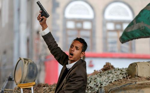 """<p>Столкновения между хуситами (движение &laquo;Ансар Аллах&raquo; &mdash; военизированная шиитская группировка, поднявшая восстание против правительства Йемена в 2004 году. &mdash; <em>РБК</em>) и сторонниками экс-президента Али Абдаллы Салеха начались в йеменской столице Сане 29 ноября. 2 декабря Салех <a href=""""https://www.reuters.com/article/us-yemen-security/yemens-saleh-says-ready-for-new-page-with-saudi-led-coalition-idUSKBN1DW08P"""">заявил</a>, что готов разорвать союз с хуситами, который был заключен в 2015 году, когда они вместе выступили против арабской коалиции, возглавляемой Саудовской Аравией, которая&nbsp;начала свою операцию в Йемене, чтобы восстановить власть избранного в 2012 году президентом Абд-Раббу Мансура Хади. Также Салех призвал население Йемена выступить против хуситов.</p>"""
