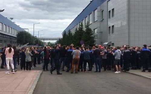 Работники Белорусского автомобильного завода (БелАЗ) в городе Жодино принимают участие в забастовке с требованием отставки президента Александра Лукашенко и проведения новых выборов