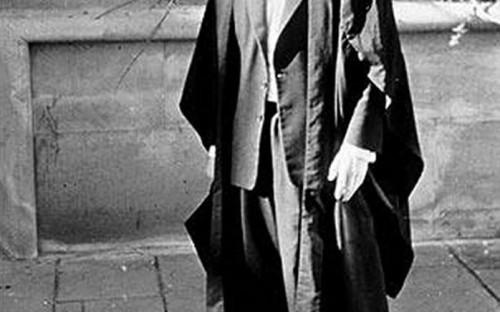 Стивен Хокинг родился в 1942 году в Оксфорде. В 20 лет он окончил Оксфордский университет со степенью бакалавра по математике и физике, а спустя четыре года, когда ему было 24, получил степень доктора философии в колледже Тринити-холл Кембриджского университета.<br /> &nbsp;