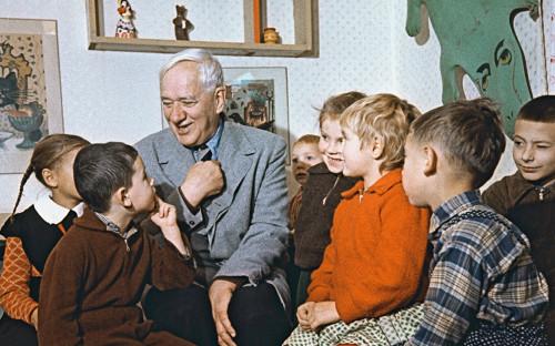 Корней Чуковский со своими юными читателями в Переделкино в 1959 году