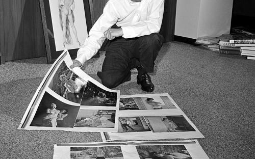 <p>Хью Хефнер родился в 1926 году в Чикаго. После окончания школы он пошел в армию, воевал в последние годы Второй мировой войны, затем получил психологическое образование и рисовал карикатуры для журналов. Позже он устроился в рекламный отдел Esquire, но уволился после отказа поднять ему зарплату.</p>