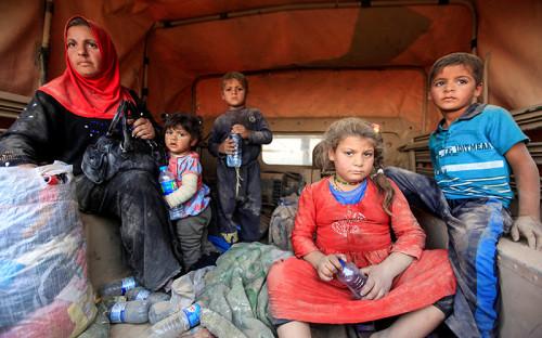 """&laquo;Гуманитарная ситуация в&nbsp;Ираке в&nbsp;целом крайне сложная. Существует более 3 млн перемещенных&nbsp;лиц, и&nbsp;сейчас, как&nbsp;только начнется операция в&nbsp;Мосуле, мы ожидаем, что&nbsp;сотни тысяч человек покинут город. Число может достичь миллиона. Это большое число, и&nbsp;все эти люди будут нуждаться в&nbsp;предметах первой необходимости: крове,&nbsp;еде, воде, медикаментах. Как только&nbsp;операция начнется, конечно&nbsp;же, люди попытаются сбежать от&nbsp;насилия, и&nbsp;мы в&nbsp;МККК будем там в&nbsp;ближайшей точке, так что&nbsp;мы сможем помочь&nbsp;тем, кто покидает город с&nbsp;самым необходимым&raquo;,&nbsp;&mdash; <a href=""""http://ria.ru/"""">рассказала</a> представитель иракского отделения Международного комитета Красного Креста (МККК) Сара аль-Завкари.<br /> <br /> &nbsp;"""