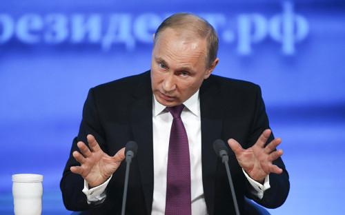 """<p><span style=""""font-size:16px;""""><strong>Владимир Путин</strong></span></p>  <p>Президент России</p>  <p></p>  <blockquote> <p>&laquo;Упала стоимость рубля, он немножко обесценился&hellip; Но вот смотрите: раньше мы продавали товар, который стоил доллар, и получали за него 32 руб. А теперь за тот же товар получим 45 руб. Доходы бюджета увеличились, а не уменьшились&raquo;</p> </blockquote>  <p></p>  <p>Кандидат экономических наук (тема диссертации &ndash; &laquo;Стратегическое планирование воспроизводства минерально-сырьевой базы региона&hellip;&raquo;) Владимир Путин <a href=""""http://tass.ru/opinions/top-officials/1589319?page=3"""">объяснил</a>, что бюджет от падения курса рубля только выиграет.</p>"""