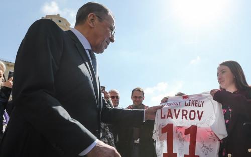 Сергей Лавров (слева) получает в подарок от журналистов футболку с автографами игроков «Спартака»