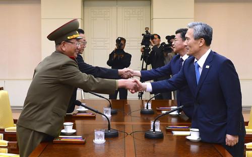 Высокопоставленный офицер армии КНДР Хванг Пиенг&nbsp;(слева)<br /> и министр обороны Республики Корея Ким Гванджин (справа) во время встречи в деревне&nbsp;Пханмунджом на границе двух государств. 22 августа 2015 года