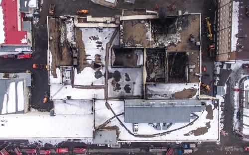 Пожар в торговом центре «Зимняя вишня» в Кемерово произошел в воскресенье, 25 марта, около полудня по московскому времени. Спустя несколько часов в здании рухнула кровля на площади 1,5 тыс. кв. м.