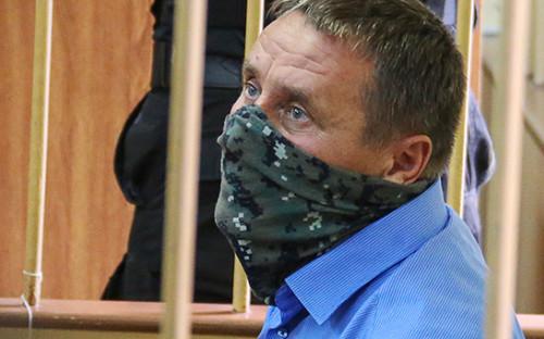 <p>Заместитель начальника управления собственной безопасности Следственного комитета России Александр Ламонов, задержанный по подозрению в превышении должностных полномочий и получении взяток от представителей криминального сообщества, во время рассмотрения ходатайства об аресте в Лефортовском суде, 19 июля 2016 года</p>  <p></p>
