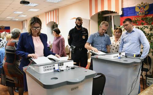 <p>Подсчёт результатов голосования по поправкам в Конституцию РФ на избирательном участке №727 во Владивостоке</p>