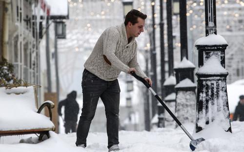 """<p>За выходные 3 и 4 февраля в Москве <a href=""""https://www.rbc.ru/rbcfreenews/5a77e3889a79472fc1571940?from=newsfeed"""">выпало</a> 122% месячной нормы осадков. В столичном метеобюро снегопад назвали &laquo;мощнейшим за всю историю метеонаблюдений&raquo;, по <a href=""""https://www.rbc.ru/rbcfreenews/5a76c1379a794716e00f84d1?from=newsfeed"""">словам</a> ведущего специалиста центра &laquo;Фобос&raquo; Евгения Тишковца, прошедшие снегопады &mdash; &laquo;сильнейшие за последние сто лет&raquo;. </p>"""