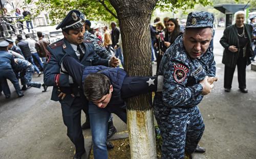 Акции протеста идут в столице Армении с 13 апреля. Митингующие выступают против назначения премьер-министром бывшего президента Сержа Саргсяна. Активисты<br /> пытаются перекрыть улицы и заблокировать движение транспорта.