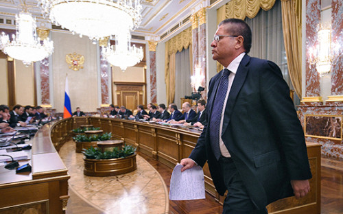 <p>Министр экономического развития России Алексей Улюкаев во&nbsp;время заседания правительства России. Апрель 2015 года</p>  <p></p>