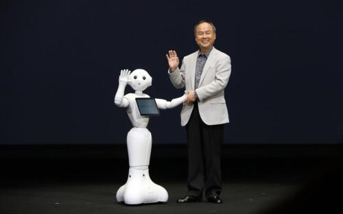 Робот Pepper, разработанный компанией SoftBank, и глава компании Масаёси Сон