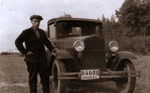 <p>Первый унифицированный стандарт советских автомобильных знаков появился в&nbsp;1931 году. На белых табличках, которые крепились как&nbsp;на&nbsp;автомобилях, так и&nbsp;на&nbsp;мотоциклах, черной краской указывались номера, состоявшие из&nbsp;буквы и&nbsp;четырех цифр, разделенных дефисами. Спустя три года буква в&nbsp;начале номера была заменена еще одной цифрой, а&nbsp;под&nbsp;самим номером маленькими буквами начали подписывать название региона, в&nbsp;котором было зарегистрировано транспортное средство.</p>