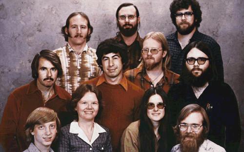 """<p>Пол Аллен (на фото в правом нижнем углу) родился в Сиэтле в 1953 году. Он стал увлекаться электроникой еще в детстве. С Биллом Гейтсом (на фото в левом нижнем углу) познакомился в школьные годы на занятиях по программированию. В 1975 году они основали корпорацию Microsoft. Аллену досталось 36% акций, Гейтсу &mdash; 64%. &laquo;С самого юного возраста мы оба стали квалифицированными программистами, компетентными в области технологий, мы горели желанием сделать что-то в предпринимательстве. Мы оба &mdash; я и Билл &mdash; были одинаково фанатичны в познании всего, что только возможно&raquo;, &mdash; <a href=""""https://www.theguardian.com/technology/2011/may/02/paul-allen-microsoft-bill-gates-ideas"""">говорил</a> Аллен в одном из интервью</p>"""