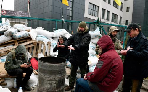 """<p>О блокировке здания стало известно из опубликованного <a href=""""http://newsone.ua/ru/neizvestnye-gotovyat-provokaciyu-pod-telekanalom-newsone/"""">сообщения</a> на сайте телеканала. &laquo;К территории канала подъехал грузовик с мешками, содержание которых неизвестно. Люди, которые называют себя активистами, отказываются давать комментарии и не говорят, с какой целью вход и выход в канал заблокировали&raquo;, &mdash; говорится в заметке. Телеканал продолжил работу, запустив трансляцию событий, происходящих у входа в здание канала.</p>"""