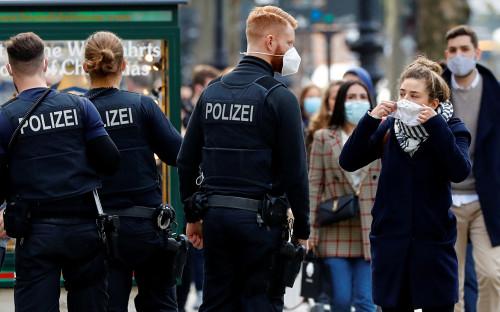 Полицейские проверяют наличие масок у прохожих в Берлине