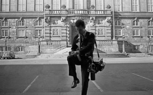 <p>Юрий Абрамочкин делает заметки на память&nbsp;у здания парламента в Копенгагене. Сентябрь 1967 года</p>