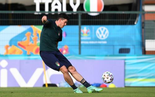 Фото: Алессандро Бастони на тренировке сборной Италии (Photo by Claudio Villa/Getty Images)
