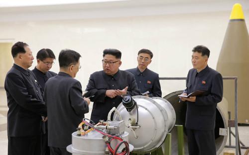 <p>Ким Чен Ын (в центре)&nbsp;</p>  <p></p>