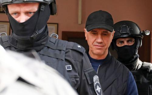 Анатолий Быков (второй слева) у здания Свердловского районного суда