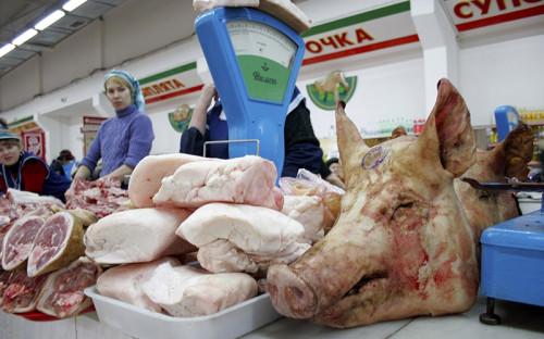 """<b>Мясо и мясные продукты</b> <br><br>Вводится пошлина: <span style=""""color:#8b0000;font-size:120%;font-weight:bold;""""> 0-80%</span><br><br>Живые свиньи (0-5%), мясо крупного рогатого скота, мясной жир (15%), свинина (0-65%), мясные субпродукты (0-15%), мясо птицы (25-80%), колбасы (€0,4/1кг), изделия из свинины (23,3%)"""