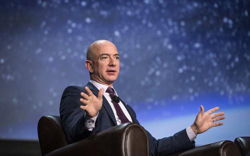 """<p><strong>Джефф Безос, основатель и&nbsp;гендиректор интернет-ретейлера Amazon</strong></p>  <p><strong>Размещение заводов в&nbsp;космосе</strong></p>  <p>Основатель американского интернет-ретейлера Amazon Джефф Безос <a href=""""http://www.rbc.ru/technology_and_media/01/06/2016/574ea4d59a7947a0463738af?from=main"""">предложил</a> защитить Землю с&nbsp;помощью&nbsp;переноса всей тяжелой промышленности в&nbsp;космос. По мнению бизнесмена, заводы могут быть построены в&nbsp;космосе за&nbsp;следующие &laquo;несколько сотен лет&raquo;. Перенести за&nbsp;пределы планеты следует производства, которые потребляют слишком много энергии. В космосе, в&nbsp;отличие&nbsp;от&nbsp;Земли, солнечная энергия доступна постоянно, объяснил Безос.</p>  <p><span style=""""line-height: 1.6;"""">Легкая промышленность, как&nbsp;и жилые районы, по&nbsp;<a href=""""http://www.recode.net/2016/6/1/11826514/jeff-bezos-space-save-earth"""">мнению</a> бизнесмена, останутся на&nbsp;Земле. Хотя эта планета будет не&nbsp;единственной, где&nbsp;можно будет встретить человека: люди должны обосноваться и&nbsp;на&nbsp;Марсе, &laquo;потому что&nbsp;это классно&raquo;, говорит основатель Amazon. Сам он пока&nbsp;инвестировал в&nbsp;компанию Blue Origin, которая в&nbsp;2018 году собирается начать отправлять в&nbsp;космос туристов.</span></p>"""