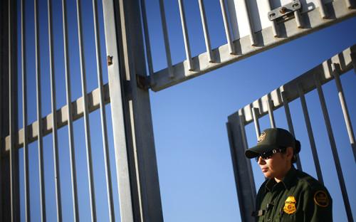 """<p><span style=""""font-size:16px;""""><strong>США &ndash; Мексика</strong></span></p>  <p></p>  <p>Протяженность границы между США и Мексикой составляет около 3,2 тыс. км. Обеспокоенные наплывом нелегальных мигрантов из Мексики, пограничные штаты США начали в 2006 году строительство дополнительных укреплений на границе с южным соседом. Проект получил поддержку федерального правительства. За период с 2006 по 2009 год на строительство различных видов заборов, барьеров и ограждений было <a href=""""http://usnews.nbcnews.com/_news/2013/06/21/19062298-price-tag-for-700-miles-of-border-fencing-high-and-hard-to-pin-down"""">потрачено</a> $2,4 млрд. Их общая протяженность достигает около тысячи километров.</p>  <p></p>  <p>В основном стена на границе с Мексикой представляет собой простой забор, призванный не допустить перехода границы пешеходом. Однако на самых уязвимых участках установлен барьер из трех линий, одна из которых представлена в виде вбитых в землю бетонных колонн. Это должно предотвратить возможность штурма забора на автомобиле, что пытаются иногда совершить мексиканские наркоторговцы. Кроме того, на границе активно используют высокотехнологичное оборудование &ndash; беспилотники и датчики движения.</p>  <p></p>  <p>С момента начала строительства ограждений в Соединенных Штатах не утихают споры об их эффективности. Сторонники сохранения стены или даже ее дальнейшего продолжения вдоль всей южной границы США утверждают, что она выполнила свою основную цель &ndash; снизила приток в страну нелегальных мигрантов. С 2005 по 2010 год количество пойманных во время незаконного перехода границы мигрантов сократилось на 61%. При этом, по данным Службы таможенного и пограничного контроля США, 96,6% случаев нелегальной миграции в США происходит на юго-западной границе. Противники стены <a href=""""http://www.no-border-wall.com/walls-do-not-work.php"""">утверждают</a>, что на самом деле она неэффективна &ndash; в местах, где построили барьер, количество пойманных мигрантов, на основе которо"""