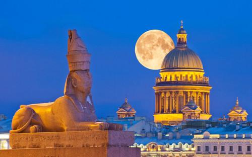 <p>Исаакиевский собор в нынешнем виде&nbsp;был открыт в&nbsp;Санкт- Петербурге в&nbsp;1858 году. Он начал&nbsp;строиться по&nbsp;приказу Петра І, который&nbsp;родился в&nbsp;день памяти преподобного Исаакия Далматского и&nbsp;решил таким образом почтить память святого.</p>  <p><em>На фото: </em>сфинкс на&nbsp;набережной реки Невы у Академии художеств на&nbsp;фоне Исаакиевского собора</p>