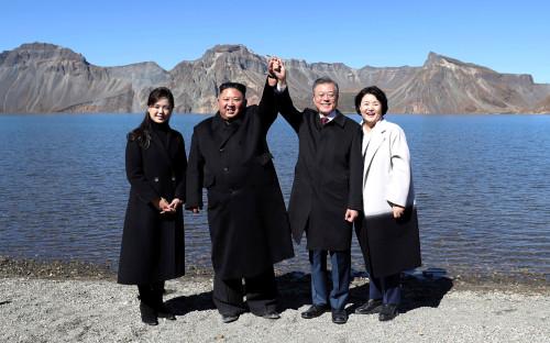Ким Чен Ын и Мун Чжэ Ин с женами Ли Соль Чжу и Ким Чжон Сук