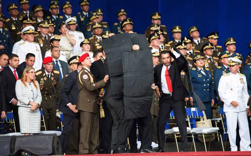 Охрана укрыла Николаса Мадуро бронежилетами во время покушения. 4 августа 2018 года