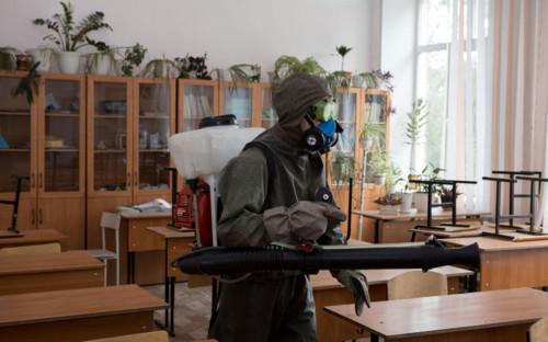 <p>Работник МЧС России обрабатывает школу&nbsp;перед ЕГЭ</p>