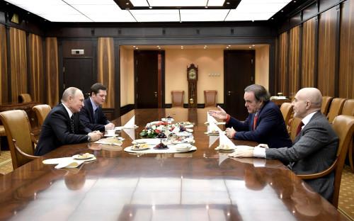 Владимир Путин (слева) и Оливер Стоун (справа на втором плане) во время встречи в Кремле