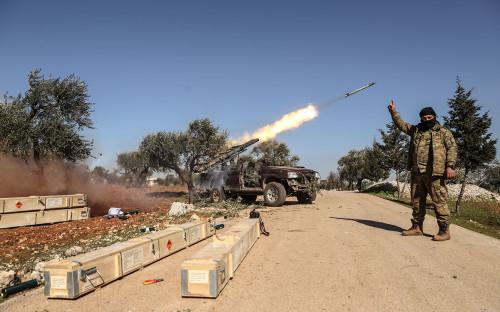 Боевики-повстанцы запускают ракету по позициям сирийского правительства в провинции Идлиб