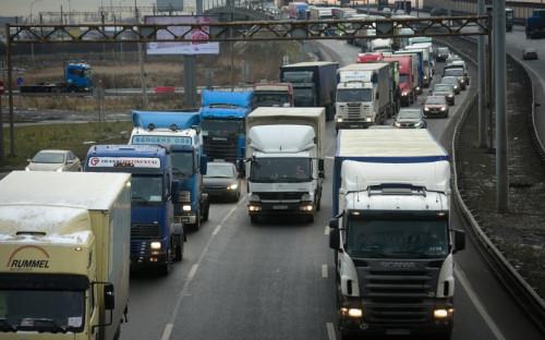 Колонна из600 дальнобойщиков вовторник растянулась на6км наКолпинском шоссе. Автомобили заняли два ряда, третий оставили дляобгона
