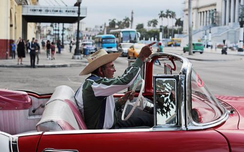 <p>Кубинцы на улице в районе &laquo;Старая Гавана&raquo;</p>