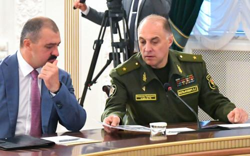 Бывший помощник президента Белоруссии по национальной безопасности Виктор Лукашенко и госсекретарь Совета безопасности республики Александр Вольфович (слева направо)