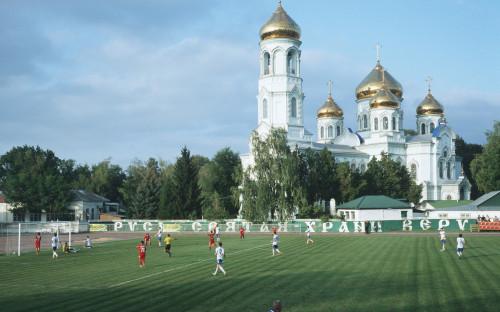 """По <a href=""""https://www.fifa.com/mm/document/fifafacts/bcoffsurv/emaga_9384_10704.pdf"""">данным</a> FIFA, во всем мире в футбол играют более 265 млн человек. Из них 2,7 млн футболистов живут в России. Это около 1,8% от всего населения страны. Для сравнения: в Англии, где численность населения втрое ниже, в футбол <a href=""""http://www.thefa.com/news/2015/jun/10/11-million-playing-football-in-england"""">играют</a> 11,55 млн человек (из них около 3 млн &mdash; женщины). Это &mdash; 20,9% населения страны. В 200-миллионной Бразилии <a href=""""http://thebrazilbusiness.com/article/crash-course-in-brazilian-football"""">зарегистрировано</a> 13,2 млн футболистов (не считая тех, кто играет в футбол для своего удовольствия с друзьями) &mdash; это 6,2% от населения страны"""