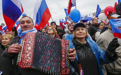 Участники шествия профсоюзов, посвященного Дню международной солидарности трудящихся, на Красной площади в Москве
