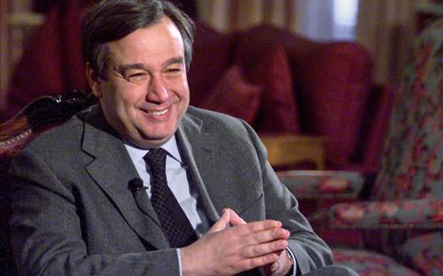 <p>Антониу Гутерриш родился в&nbsp;Лиссабоне в&nbsp;1949 году. Окончил Высший технологический институт и&nbsp;после&nbsp;выпуска в&nbsp;1971 году несколько лет занимался наукой. В 1974 году начал политическую карьеру, присоединившись к&nbsp;появившейся тогда в&nbsp;Португалии Социалистической партии. В апреле 1974 года был активным участником Революции гвоздик (бескровный военный переворот в&nbsp;Лиссабоне, осуществленный подпольной военной организацией) и&nbsp;после&nbsp;свержения режима Нового государства вошел в&nbsp;состав временного правительства.</p>