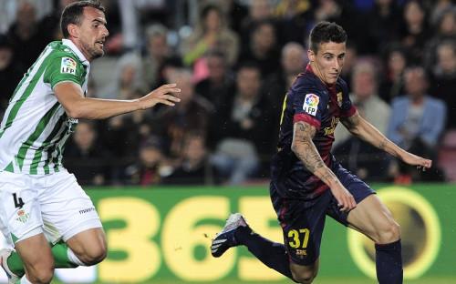 Бывший защитник «Бетиса» Антонио Амайя (слева) против Кристиана Тельо в матче чемпионата Испании против «Барселоны»