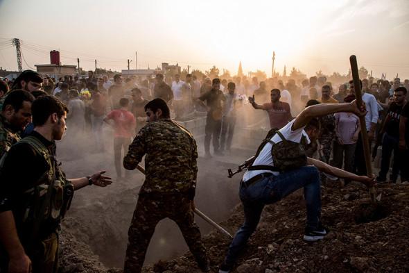 Сирийцы хоронят бойцов курдских «Сирийских демократических сил»