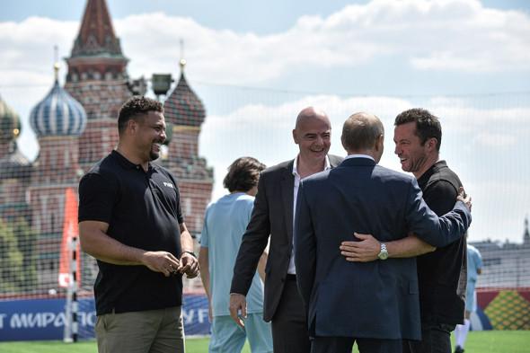 Слева направо: бразильский футболист Роналдо, президент ФИФА Джанни Инфантино, немецкий футболист Лотар Маттеус и Владимир Путин (спиной)