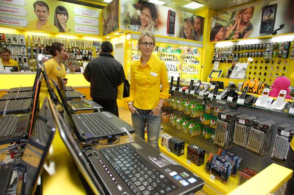 Телеведущая Ксения Собчак в магазине «Евросеть» в Черемушках, где она несколько часов работала продавцом вместе с генеральным директором компании Александром Малисом. 2010 год